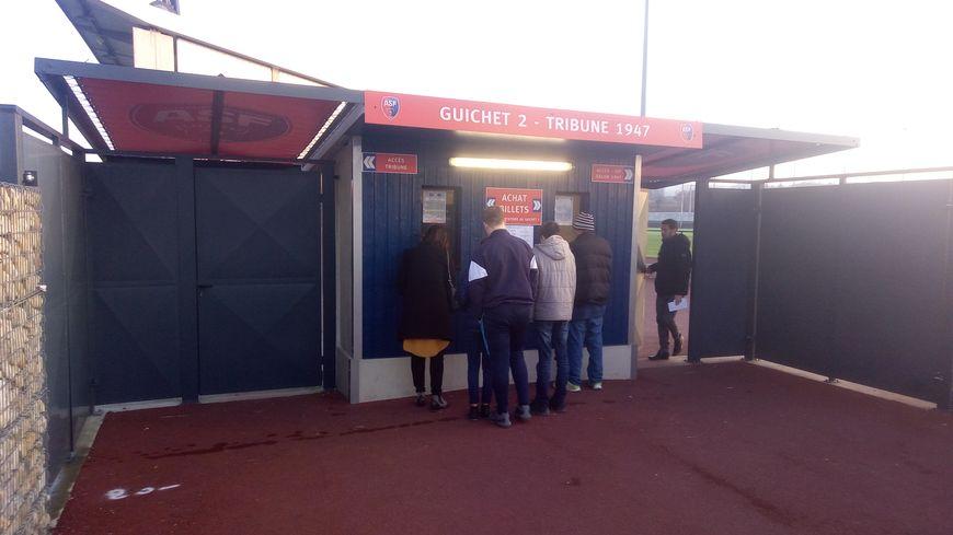 À la billetterie du stade de l'Envol à Andrézieux-Bouthéon, les supporters se sont rués sur les places pour le match opposant l'ASF à l'OM en coupe de France.