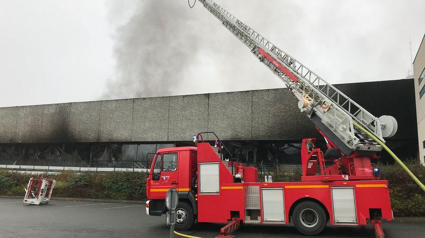 Une vingtaine de véhicules de pompiers sont mobilisés pour éteindre l'incendie dans le laboratoire.