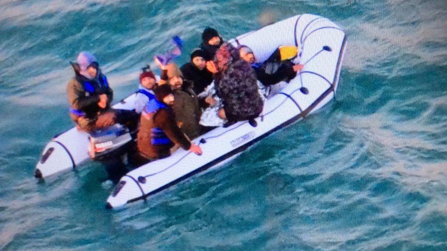 Les huit migrants se trouvaient à bord d'un canot pneumatique