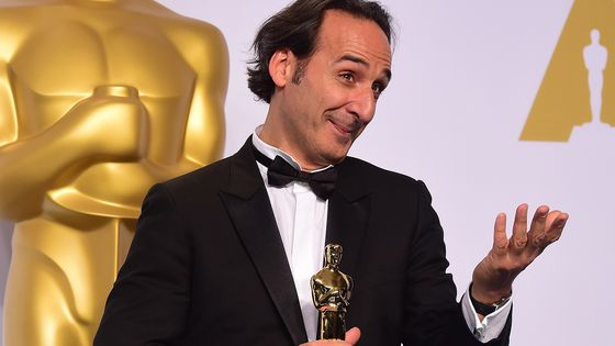 "Alexandre Desplat pose avec son Oscar reçu en 2015 pour la musique du film""The Grand Budapest Hotel"" à Hollywood (Californie)."