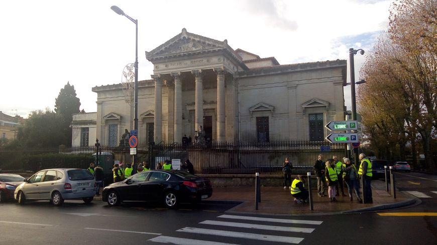 Plusieurs gilets jaunes étaient venus se masser devant le palais de justice de Perpignan en soutien à l'un des leurs, accusé de manifestation avec arme.