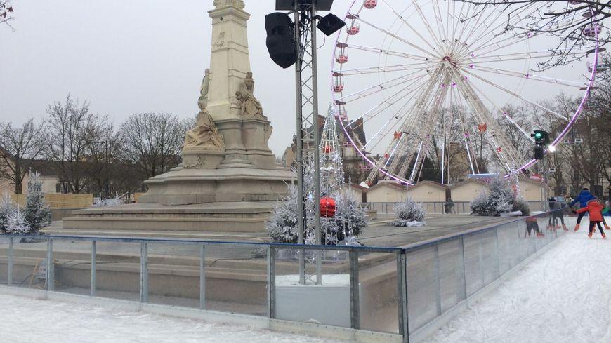 La patinoire éphémère et la grande roue sont installées jusqu'au 6 janvier place de la République à Dijon