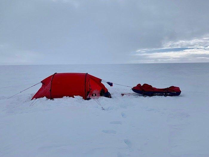 Chaque nuit, le jeune normand monte sa tente en plein milieu de ce désert de neige et de glace