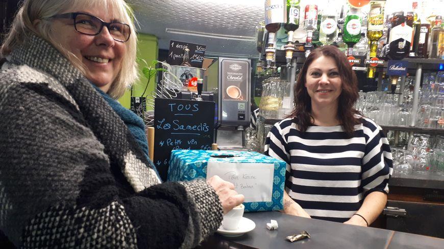 Karine Férat (à gauche) aux côtés de Justine, une des commerçante qui a organisé cette collecte
