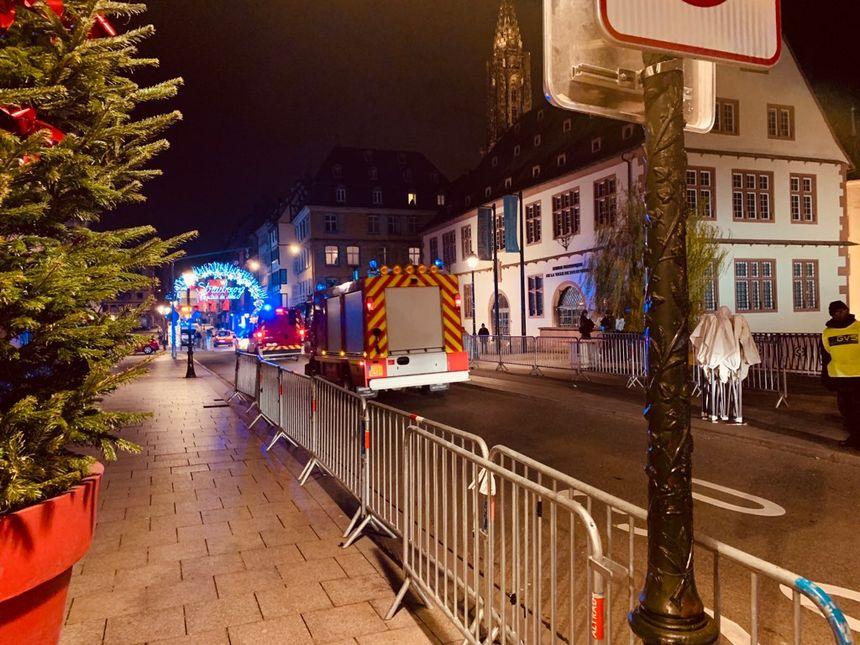L'une des entrées du marché de Noël de Strasbourg : seules les ambulances et les véhicules de police passent.