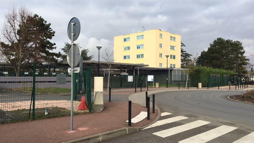 Devant le lycée Guillaume Budé, les policiers ont utilisé des gaz lacrymogènes pour débloquer l'entrée.