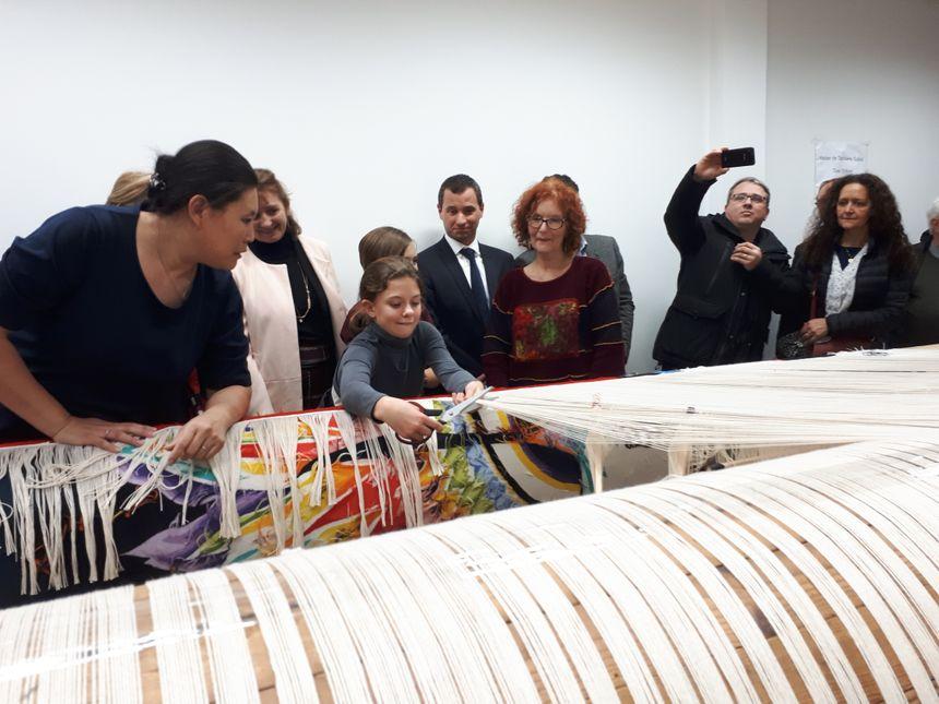 Tombée de métier, Orvaline 12 ans aide à la naissance de la tapisserie