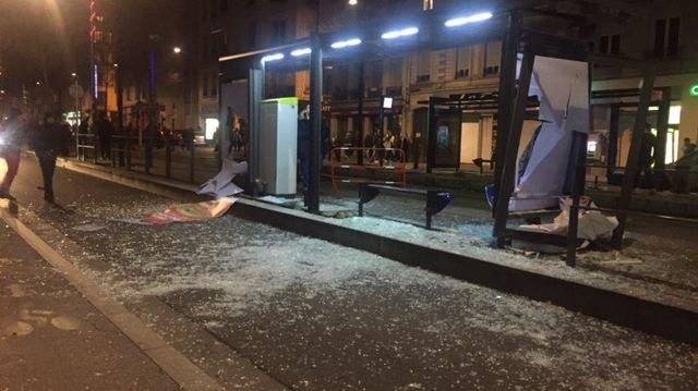 A Saint-Etienne, les vitres de plusieurs arrêts de Tram ont été fracassées par les casseurs