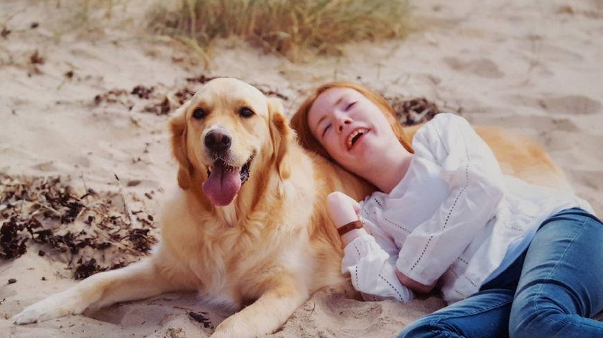 Maylis et son chien d'assistance et d'éveil, Lucky.