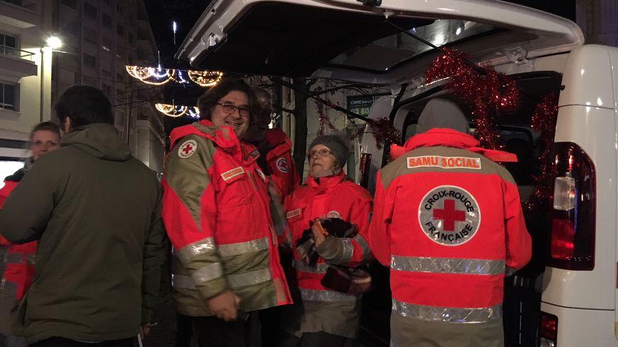Les bénévoles de la Croix Rouge Française mobilisés même le soir du réveillon de Noël à Dijon.
