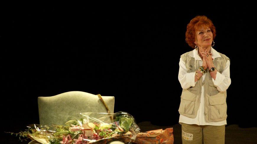 La comédienne Maria Pacôme dans L'éloge de ma paresse en 2004 au théâtre de La Michodière à Paris.