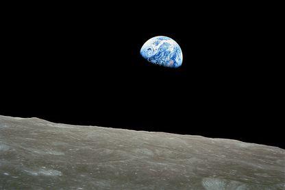 """""""Lever de terre"""" sur la lune. Photo prise le 24 décembre 1968 par Bill Anders, et montrant la terre semblant se lever derrière l'horizon lunaire."""