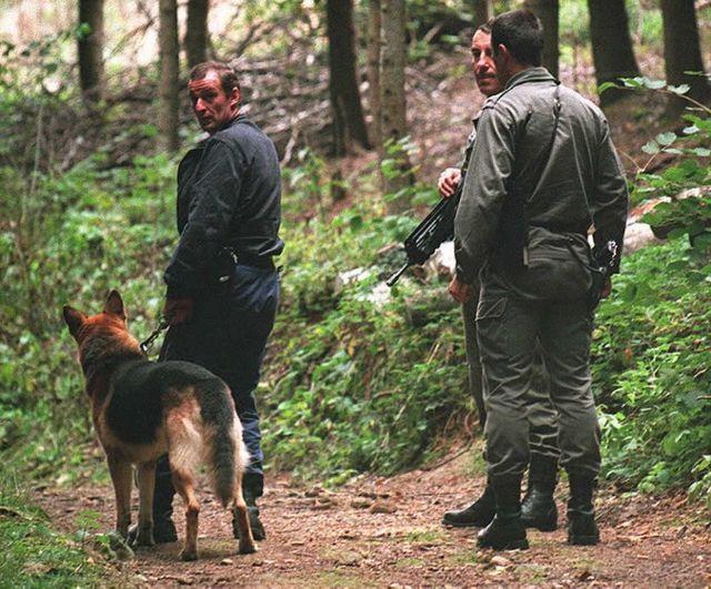 Recherches en forêt de Malval près de Lyon pour retrouver Khaled Kelkal en 1995