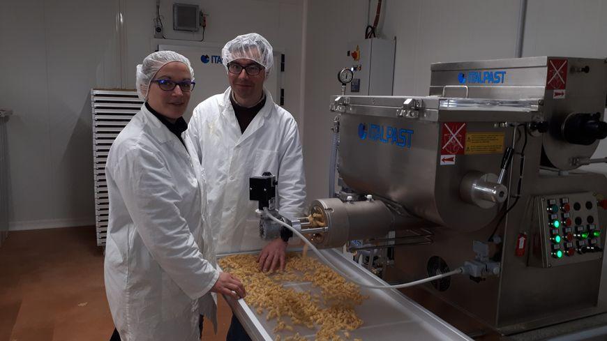 Ici Jérôme et Karine  fabriquent  des pâtes alimentaires  à base des céréales de la  ferme
