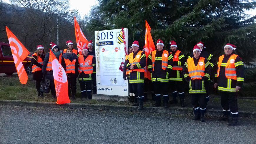 Les pompiers de l'Ardèche rassemblés ce samedi devant le SDIS à Privas