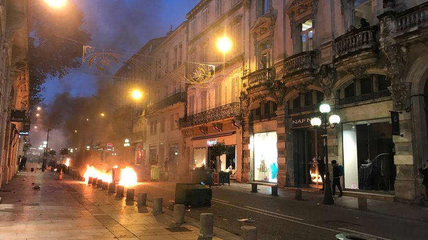 La rue de la République a été le théâtre d'échanges tendus entre manifestants et gilets jaunes.