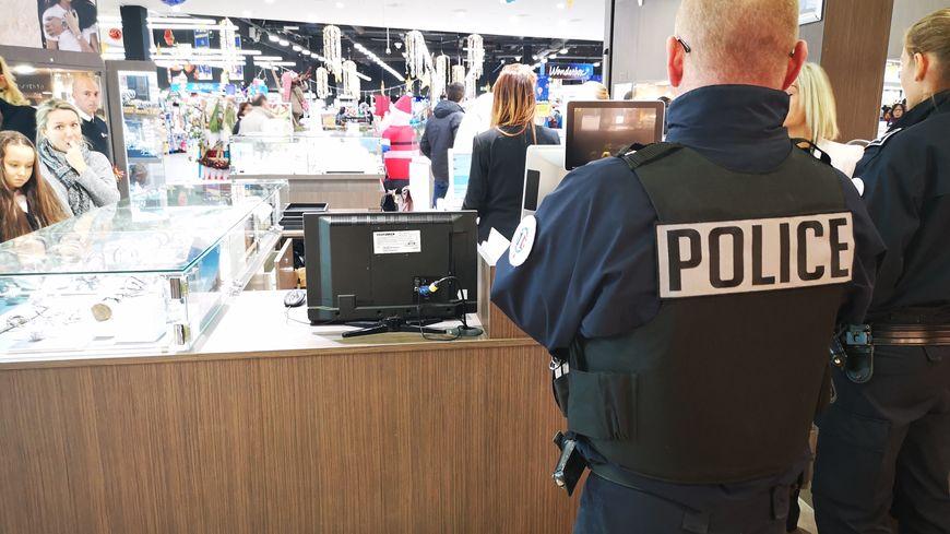 La patrouille de police s'arrête dans un bijouterie de la galerie marchande du magasin Hyper U (Agde)