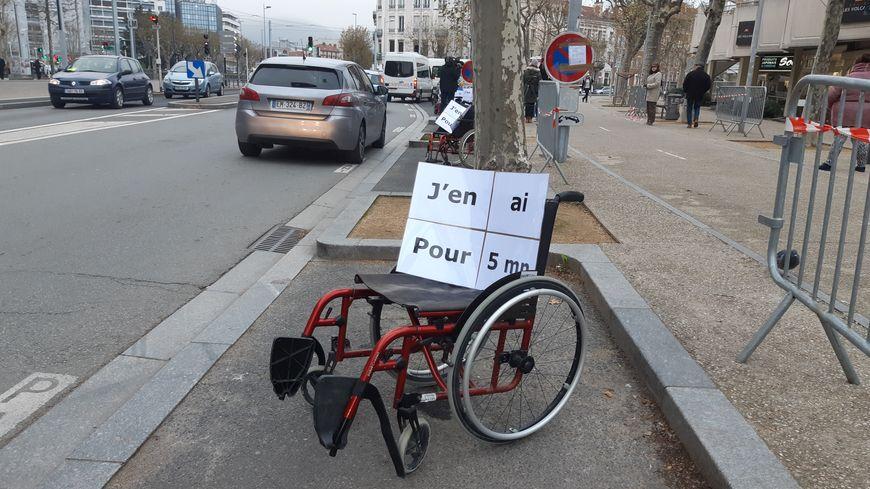 """Clermont-Ferrand : action de l'APF 63 pour le respect des places """"handicapés"""""""