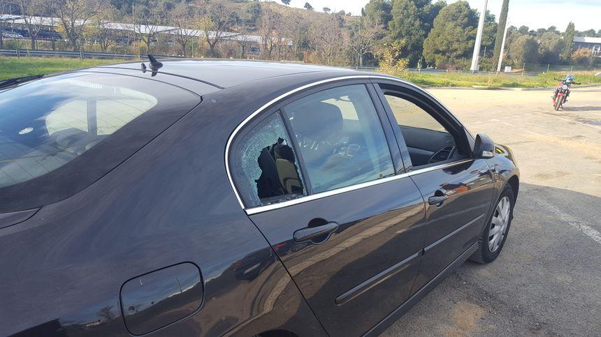 La voiture du sous-préfet de Céret caillaissée par les manifestants
