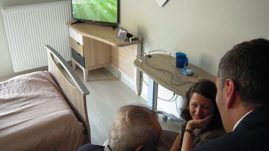 La ministre de la Solidarité et de la Santé, Agnès Buzyn, discute avec le résidant d'un Ehpad à Nancy.