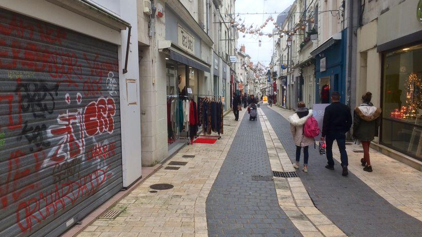 La rue Bourbon, principal axe piéton de Châtellerault, le 24 décembre 2018
