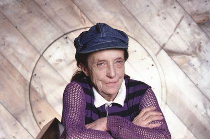 L'artiste et sculptrice franco-américaine, Louise Bourgeois photographiée dans son atelier à Chelsea, Manhattan, 1982.