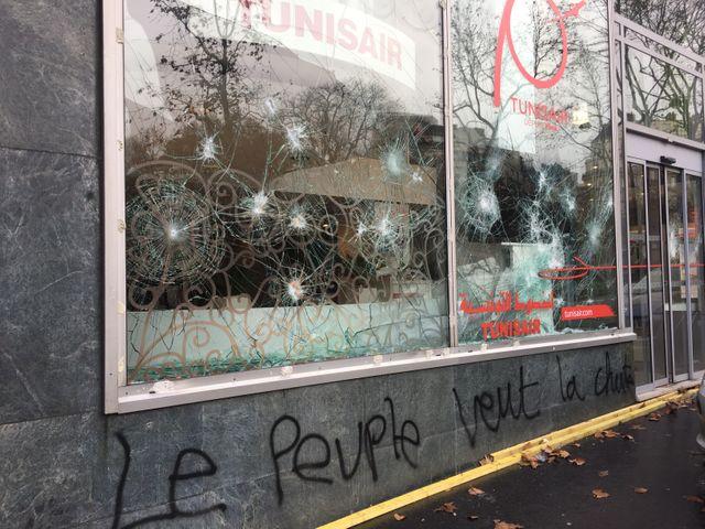 Les vitres de plusieurs magasins ont été brisées, certains ont été pillés et des murs et des monuments comportent des tags contre la politique d'Emmanuel Macron
