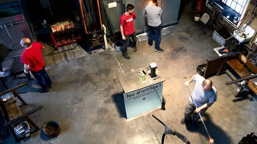 Les souffleurs de verre dans leur atelier au Centre international d'art verrier de Meisenthal, le 26 décembre 2018.