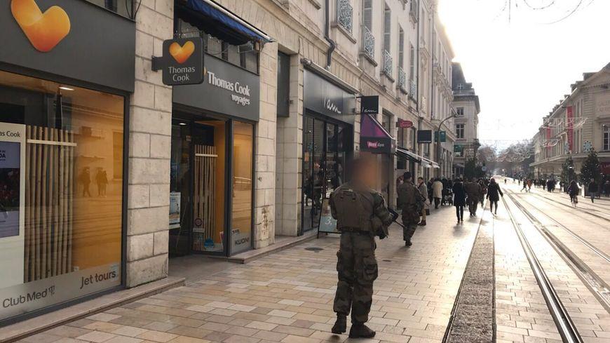 Les militaires de l'opération Sentinelle ont commencé à patrouiller, ici rue Nationale à Tours
