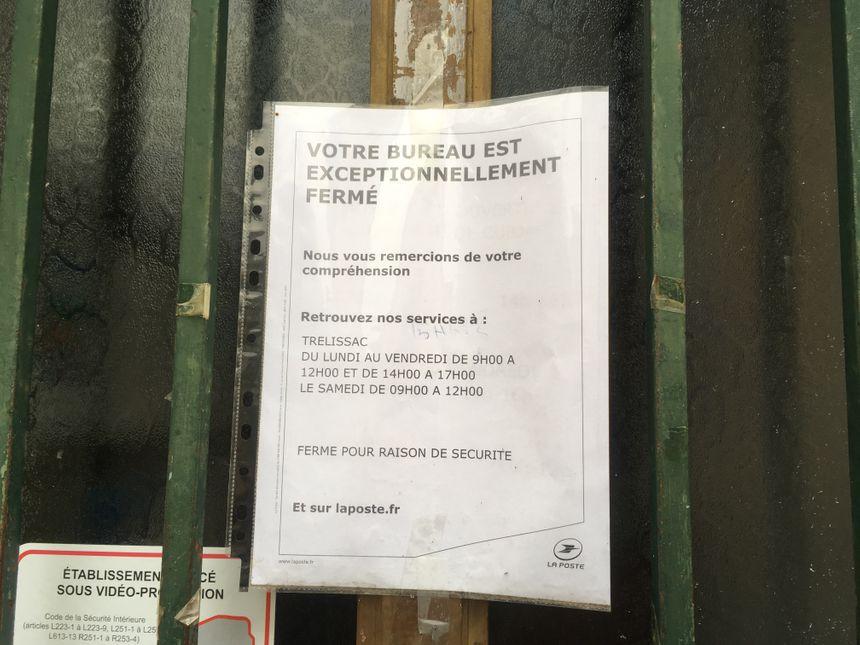 Affiche apposée sur la porte d'entrée du bureau de poste