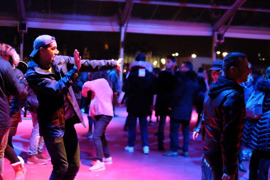 Au total,  selon les services de sécurité, un millier de personnes sont venues danser pour cette première soirée