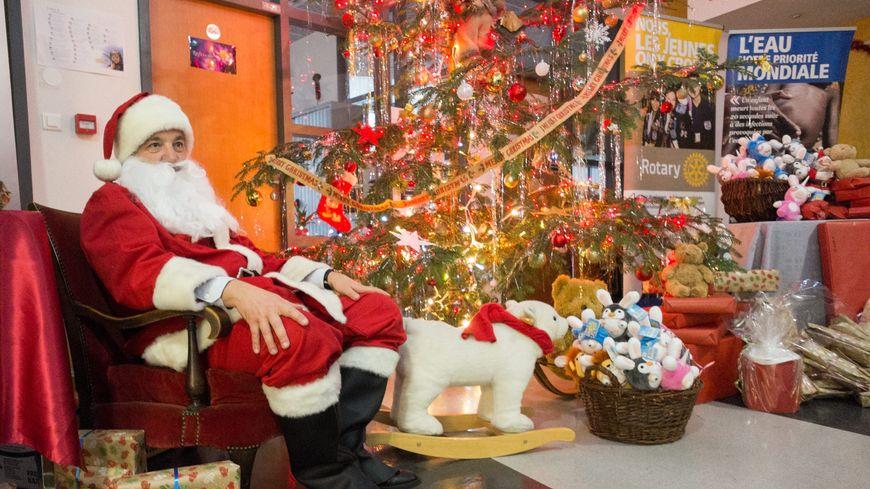 Le Père Noël et ses cadeaux (photo illustration)