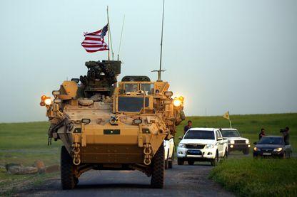 Un véhicule blindé américain accompagné de combattants kurdes des unités de protection du peuple, dans le nord de la Syrie, en avril 2017.