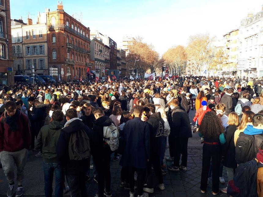 La manifestation des lycéens et des enseignants s'est disloquée dans le calme au Monument au Morts.