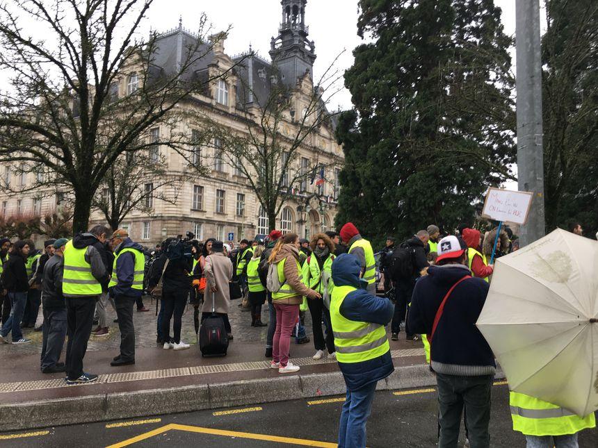 Les gilets jaunes attendent Edouard Philippe devant la mairie de Limoges.