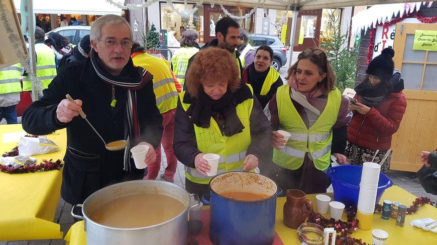 Les gilets jaunes ont distribué de la soupe rue de la Résistance.