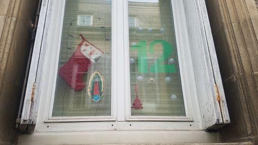 Une des fenêtres décorées.