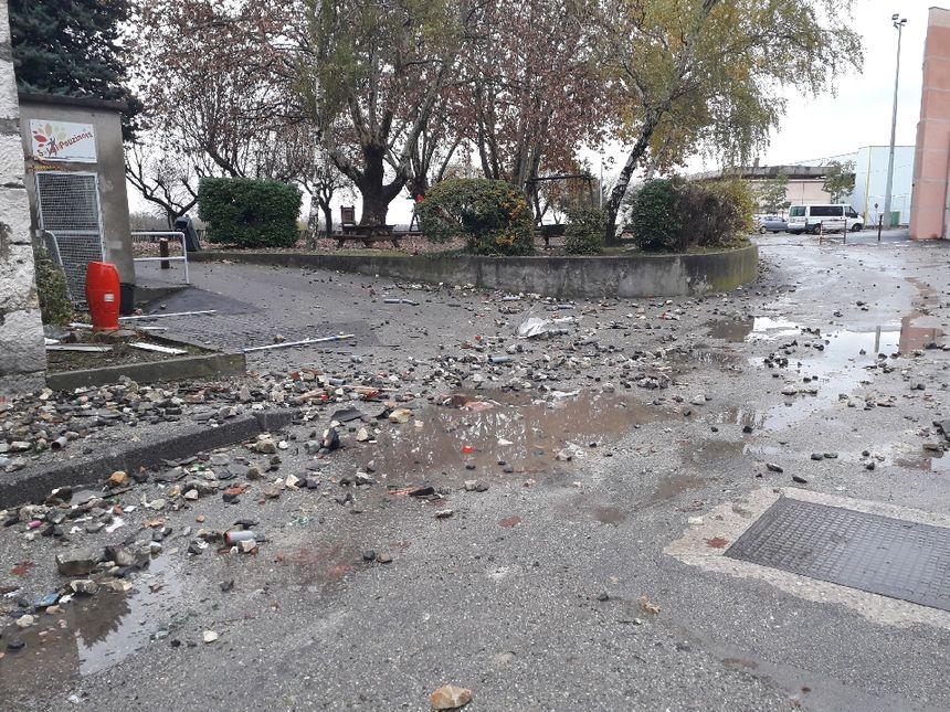 La commune du Pouzin ce dimanche matin, marquée par les violences de la veille