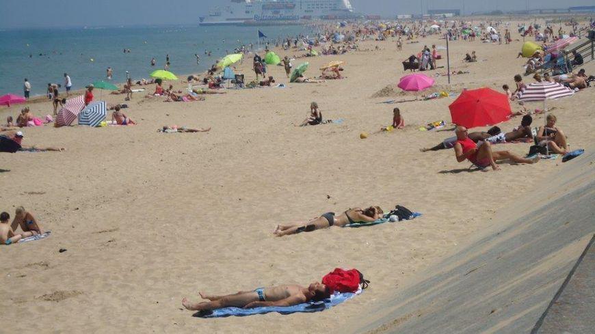 Soleil et touristes sur les plages pendant l'été 2018 en Normandie, comme ici dans le Calvados à Ouistreham