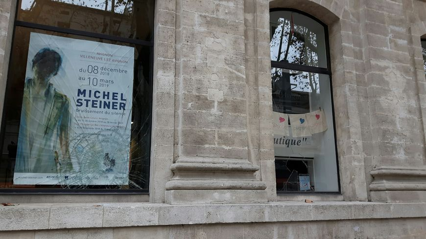 Les casseurs s'en sont pris aux vitres de l'Office du Tourisme d'Avignon samedi soir