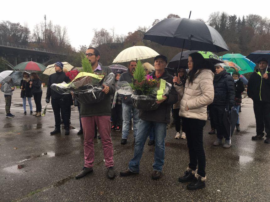 Les savoyards se sont réunis sur le parking du stade de Pont-de-Beauvoisin à coté du rond-point où Chantal Mazet a été tuée.