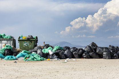 Plage envahi de sacs poubelles