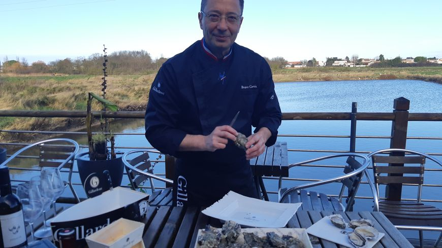 Bruno Gauvain est un maître dans l'art d'ouvrir les huîtres.
