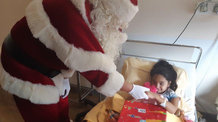 Le père Noël a distribué 315 cadeaux à des enfants malades, dont certains passeront les fêtes alités.
