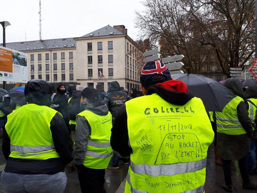 """Les """"gilets jaunes"""" se sont donnés rendez-vous devant la préfecture de Loire-Atlantique, à Nantes, à 13 heures, ce 1er décembre."""