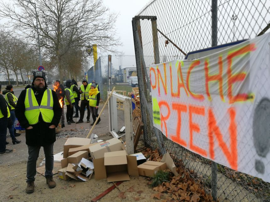 """Yann pose devant l'un des deux barrages des """"Gilets jaunes"""" ce vendredi à Quetigny"""