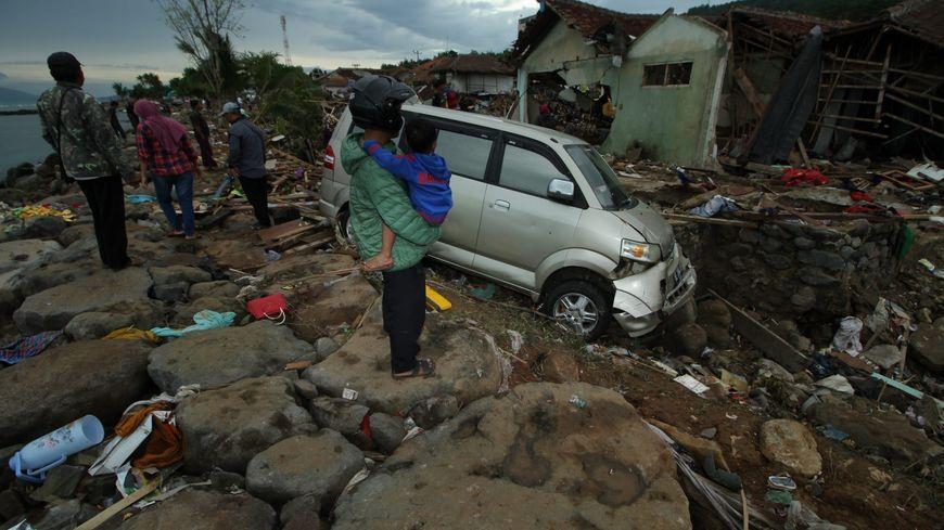 Le tsunami a détruit des bâtiments entiers et des personnes sont encore piégées sous les décombres.