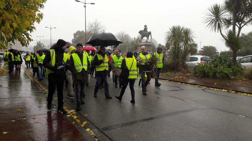 Sous la pluie, une marche a réuni près de 130 personnes dans les rues de Cherbourg