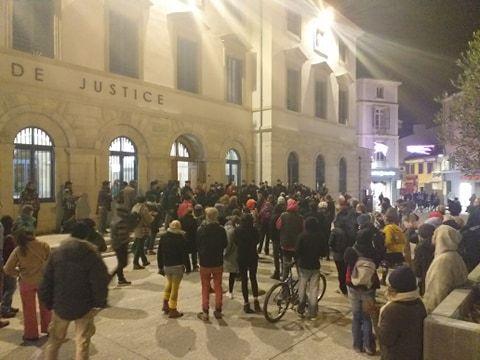 Une cinquantaine de personnes se sont rassemblées devant le tribunal en soutien aux quatre condamnés.