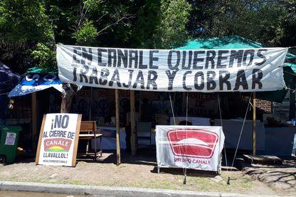 Dans la banlieue sud de Buenos Aires, le campement de 86 salariés licenciés de leur usine de conserves, crée en 1949. Face à la crise, l'emploi se raréfie en Argentine